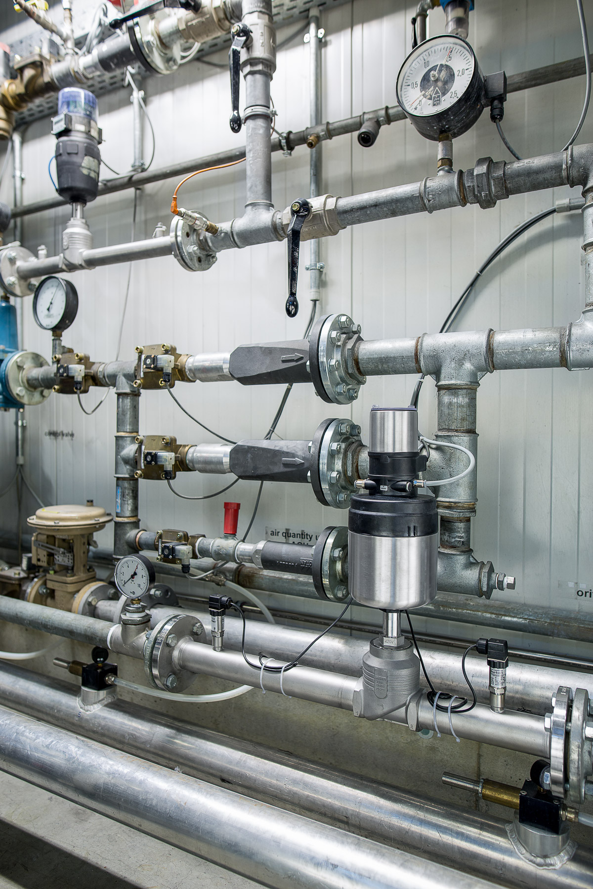 Improving flow control in pneumatic conveying systems